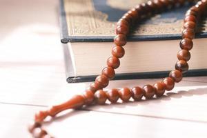 heilige boek koran en rozenkrans op tafel, close-up. foto