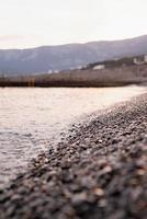 kiezelstenen strand en de zee, natuur achtergrond foto