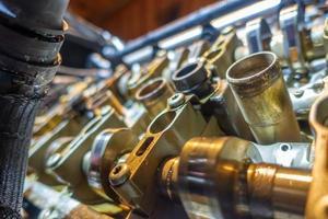werk gedaan aan oude motor die moet worden herbouwd foto