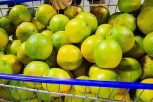 sinaasappels in een supermarktkarretje in rio de janeiro foto