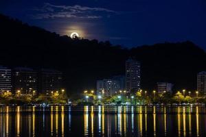 volle maan over lagune rodrigo de freitas in rio de janeiro, brazil foto