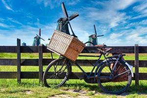 fiets met windmolen en blauwe hemelachtergrond. foto