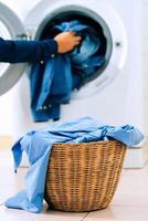 close-up wasmachine en kleding in de mand foto