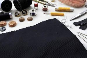 naaigereedschap op witte stof achtergrond foto