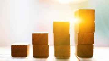 blokkeer houten groeistapel onder zonsondergangachtergrond foto