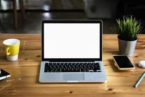 laptopcomputer met leeg scherm en kan uw teksten of anderen toevoegen foto
