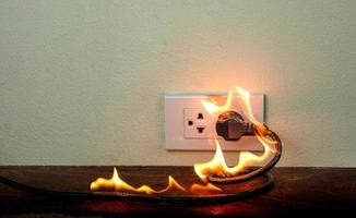 in brand elektrische draad stopcontact wandpartitie foto