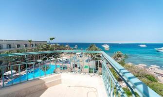 panoramisch uitzicht op het hotel met zwembad en de rode zee foto