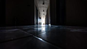 voetafdrukken op de vloer in een leeg verlaten kantoor tijdens isolatie foto