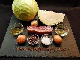 varkensschenkel met zuurkool en brood foto