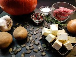 ovenschotel met pompoen schapenkaas en aardappelpartjes foto
