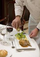 laatste shots van een chef-kok in de eetkamer van een restaurant in spanje foto