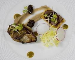 stuk gebakken lamsvlees, kastanjepuree, salade en morieljes, portugal foto