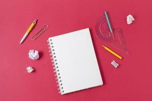 bovenaanzicht schoolbenodigdheden arrangement foto