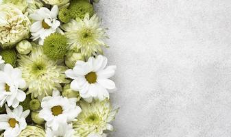 plat lag prachtig bloeiende bloemen met kopieerruimte foto