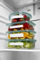 de opstelling van gezond voedsel in de koelkast foto