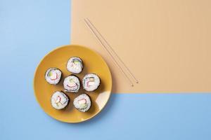 platliggende sushi-voedselplaat foto