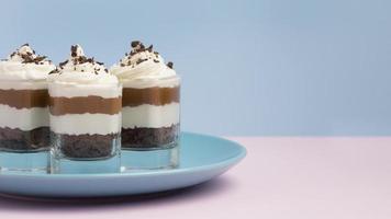 de smakelijke samenstelling van het cakeglas foto