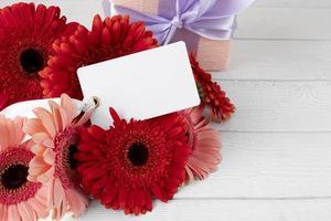 bovenaanzicht bloemenboeket met cadeau foto