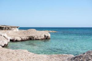 prachtig turquoise water van het strand van migjorn in formentera in spanje foto