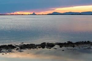 zonsondergang bij de estany pudent in het natuurpark ses salines foto