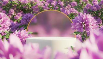 cosmetische displaystandaard met bloemen foto