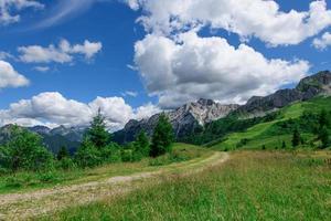 landschap van de orobic-vooralpen in de brembana-vallei bergamo italië foto
