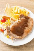 varkenssteak met zwarte pepers jussaus en mini salade foto