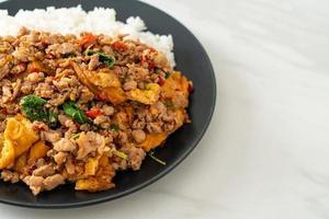 roergebakken varkensgehakt met basilicum en ei gegarneerd op rijst - Aziatische stijl food foto