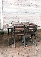 lege houten stoel in restaurant foto