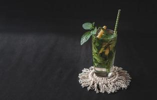 mojito zomer citrus cocktail met citroen en munt. foto