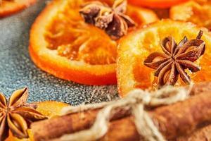 schijfjes gedroogde sinaasappels of mandarijnen met anijs en kaneel foto