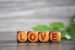 dol zijn op. het woord liefde is geschreven op houten kubussen. foto