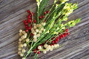 een boeket van wilde bloemen met aalbessen. helder gele bloemen. foto
