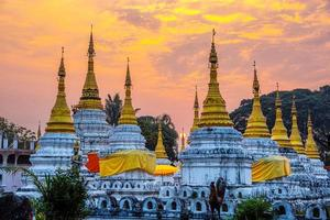 wat phra chedi sao lang is een boeddhistische tempel in lampang, thailand foto