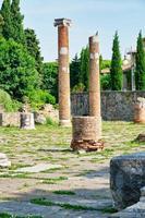 oude Romeinse ruïnes in het oude stadscentrum van triëst. foto