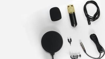 bovenaanzicht van microfoon op witte achtergrond foto
