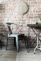 lege houten stoel in restaurant - vintage effectfilter foto
