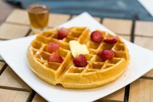 boterwafel met honing en aardbei - dessert foto
