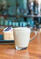 hete latte koffiekopje in coffeeshop foto