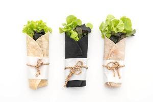 wrap salade rol op tafel foto