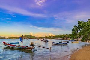 longtail boten van vissers op het strand koh samui thailand. foto