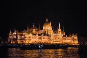 het hongaarse parlement bij nacht, boedapest, hongarije foto