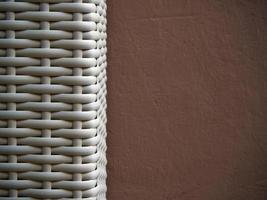 textuur van plastic weefsel en geschilderde betonnen muur foto