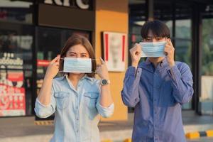 aziatische mensen dragen een medisch masker foto