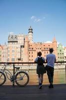 paar reizigers in gdansk met retro fiets foto