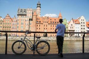 jonge mannelijke reiziger met fiets in gdansk foto