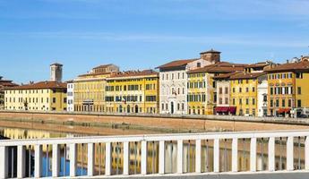 oude gebouwen in pisa weerspiegeld in de rivier de arno foto