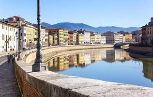stad pisa doorkruist door de rivier de arno foto