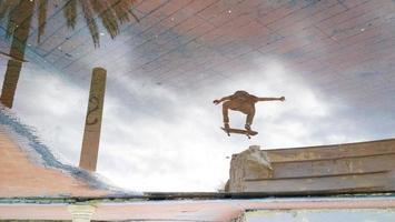 weerspiegeling van een springende skater foto